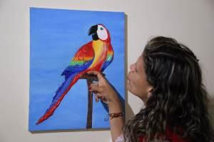 A artista usa massa acrílica para pintar