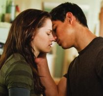 jacob-and-bella-kiss-twilight-series-8504354-600-563